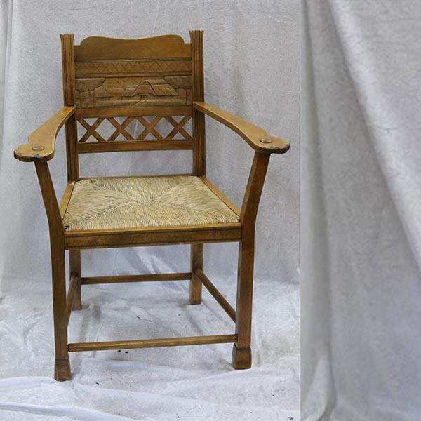 Rå stol med flet og armlæn