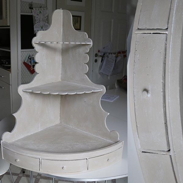 Hjørnehylde med ormehuller og patina