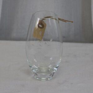 Glasvase med blomst gravering