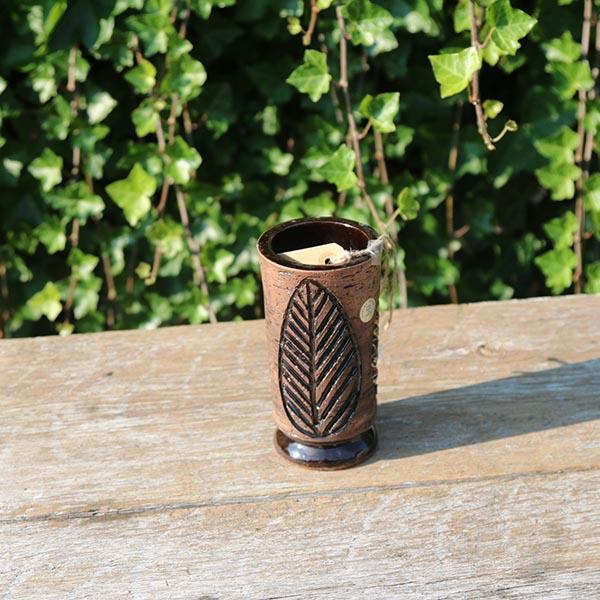 brun-keramikvase-med-blad-laholm-2505-13-cm