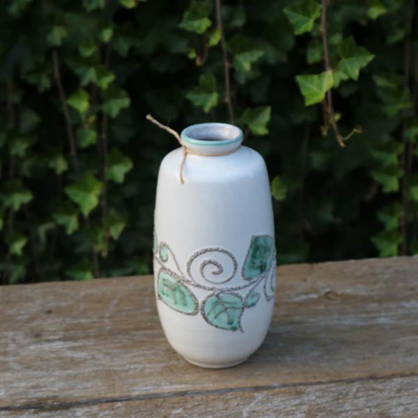 Hvid grønlig vase med blade NN