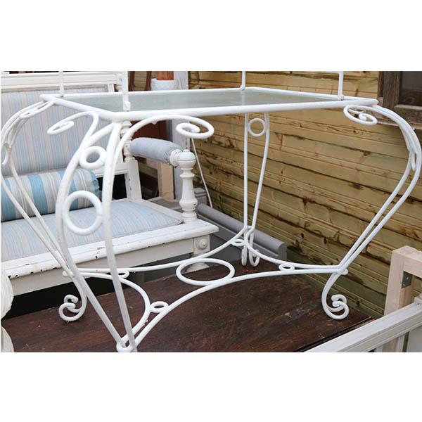 Hvid metal bord med glasplade