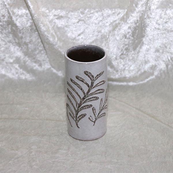 Råhvid slank keramikvase med blad