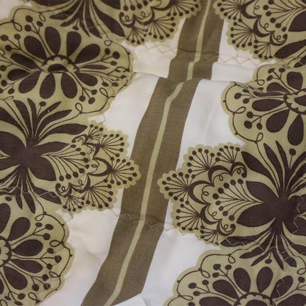 Olivenfarvet blomstret tæppe