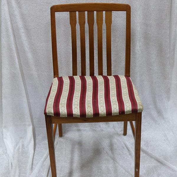 Mørk stol med stibet betræk