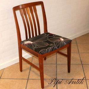 Teak stol lakeret med nyt retro betræk sort bund sæde 44 cm i højden