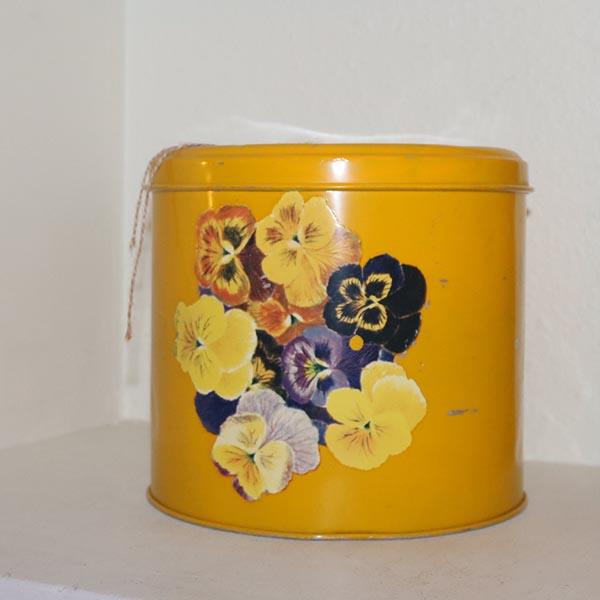 14 Kagedåse retro gulblomstret Ø 22 x 20 cm