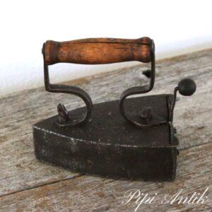 48 Jern stygejern med skuffe L14x9xH14 cm