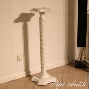 Hvidt piedstal med udkskæringer 25x25x93 cm