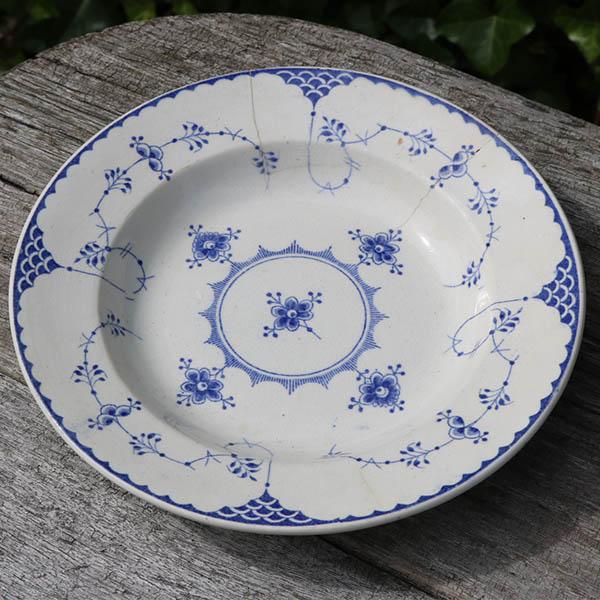 1 Musselmalet tallerken med skår - repareret med stål bagfra Ø 21 cm