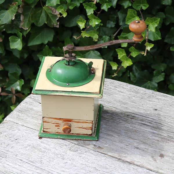 Creme og grøn kaffekværner træ med metaldele 10x10x11 cm H