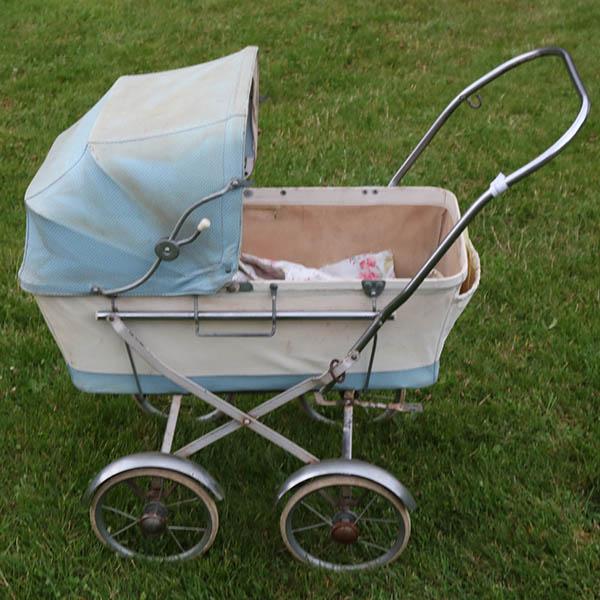 Dukkevogn lyseblå - retro - plastlærred og krom