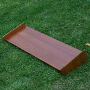 Hylde i teak i trekant og runde former 79,5x25x14 cm H