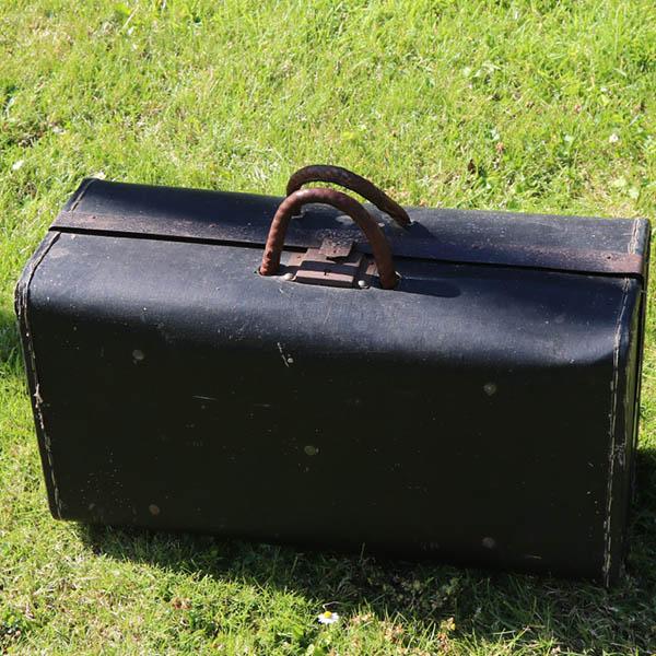 Patineret sort papkuffert med læderhåndtag og lås itu 52x26x21 cm
