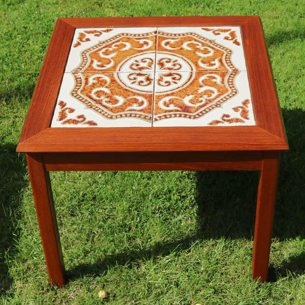Teak sofabord med hvide og brunekakler 51x51x44cm