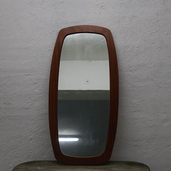 Lakeret teak spejl med lidt glaspatina 92x45,5x1 cm
