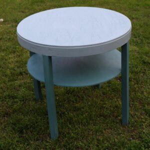 Blåligt rundt sofabord med underhylde og krakkeleret bordplade Ø62×60 cm
