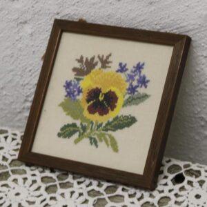 Billede i broderi - af blomst 17x17 cm