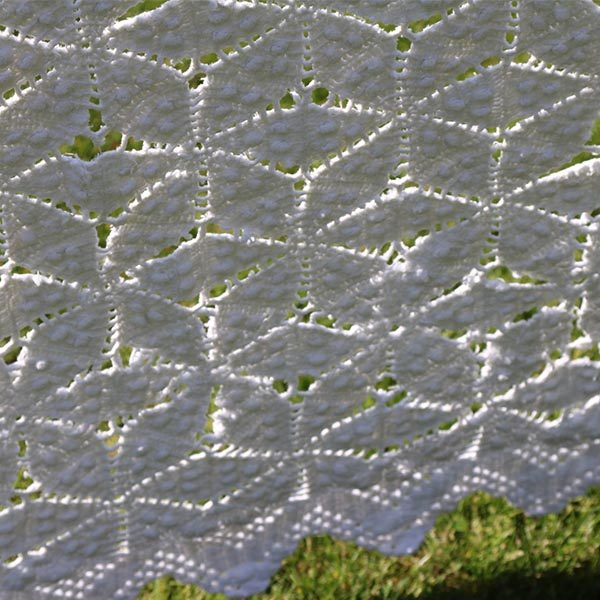 Hvid hæklet sengetæppe med slidtage hist og her 160x220 cm