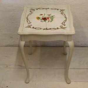 Romantisk hvidt bord med kakler 36,5x36,5x51 cm H