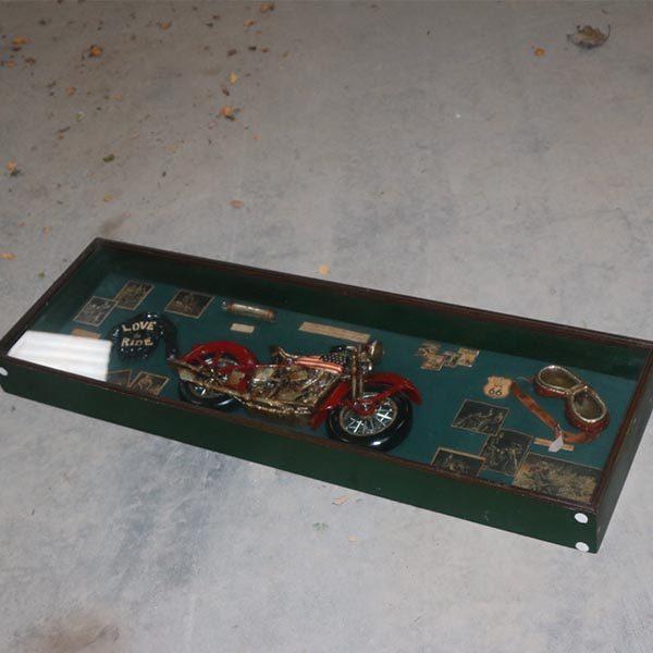Motorcykel display i antik look og scapbogsopslag i glas og ramme 105,5x33x9,5 cm