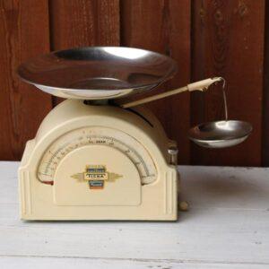 Køkkenvægt i creme - Ticka - 10 kg 22x10,5x21 cm H