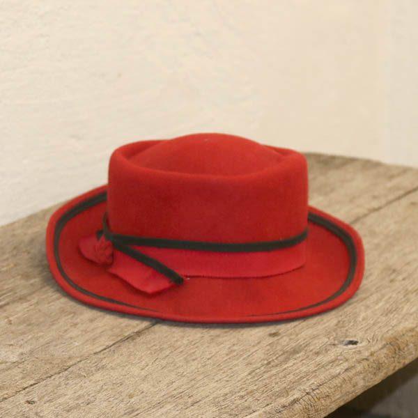 Rød filt damehat ca 56-58 cm