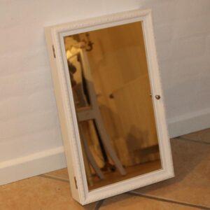 Hvidt nyt spejl med smykke og øreringsknager inde i 50x30x8,5 cm