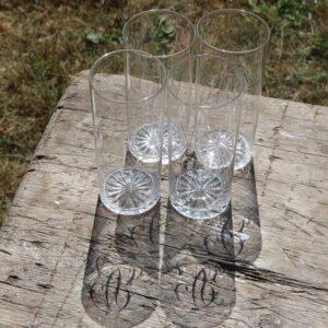 Monogram glas i klart glas med graveringer 4 stk Ø6,5x12 cm
