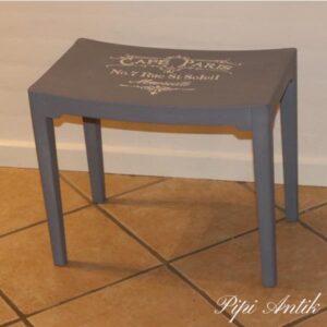 Old Violet skammel med Old White Cafe Paris skilt 50x30x43 cm siddehøjde