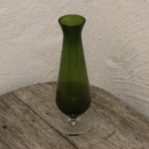 Grøn retro glasvase med fod Ø7x22 cm