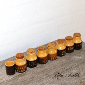 Retro krydderisæt i orange brun svenske tekster Ø6x10 cm