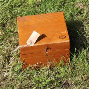 Trækasse i lakeret ræ 1 baghængsel mangler 17x17x12 cm