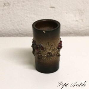 Brun keramikvase med rødlige mønstrer Ø5x10,5 med lille skår