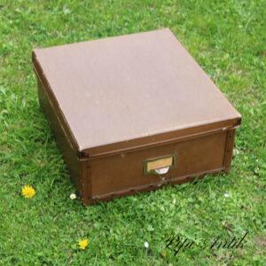Retro papkasse i brunt pap læderlook 46x41x19 cm