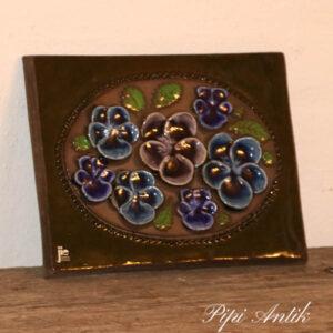 41 JIE keramikbillede svensk blå stedmorder L23xH18 cm
