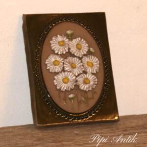 43 JIE Svensk keramikbillede margueritter B14xH18 cm