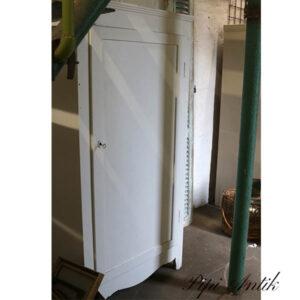 Hvidt karlekammerskab med hylder inde i B81xH162xD54 cm