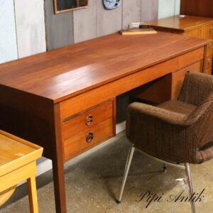Teak skrivebord med lige ben 4 skuffer i alt L136xB60xH73 cm