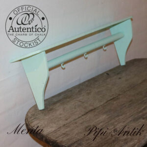 Menta farvet hylde med kroge og stang Autentico kalkmaling L63xD12xH19 cm Autentico kalkmaling