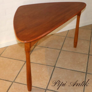 Trekantet sofabord i lakeret teak og buttede ben L74xB74x103 58 cm H