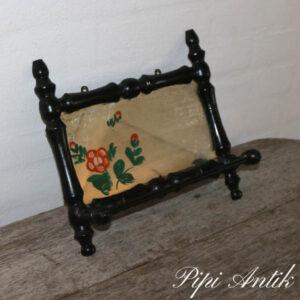 Spejl med blomstmotiv sort ramme L29xH17xD9 cm med knager