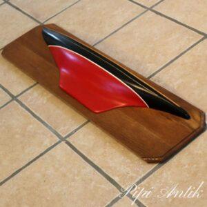 Hylde udformet som sejlbåd i egetræ rødt sort L100xH27xD11 cm