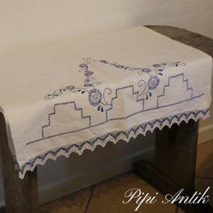 Broderet pyntehåndklæde hvidt og blå broderier og kant B70xL128 cm