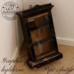 Urkasse mini vitrineskab med Graphite hylder B26xD11,5xH42,5 cm