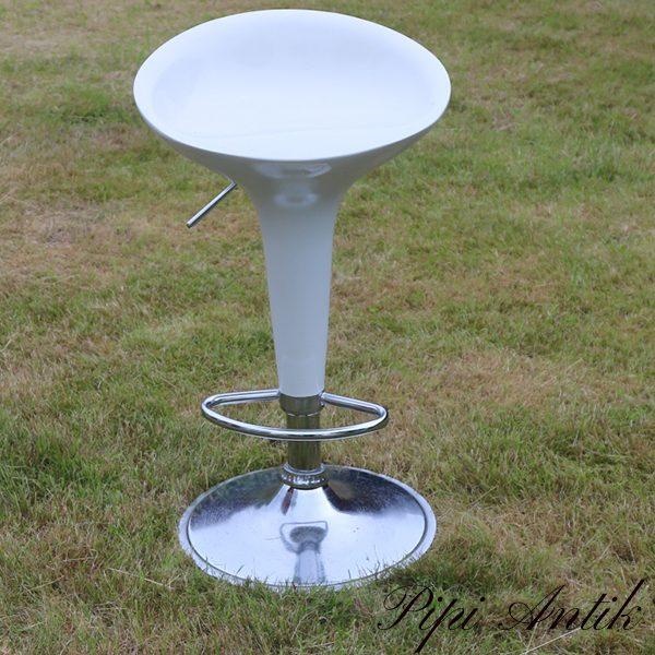 Hvide barstole Krible stål og krom B44xD40xH77 cm højdeindstilbar formstøbt