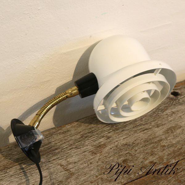 Retro væglampe hvidt med hvide riller og messing arm Ø14xL27 cm
