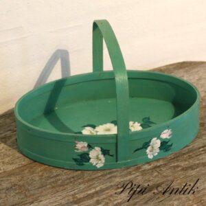 Grøn spån kurve med hvide blomster 31,5xB22xH18 cm