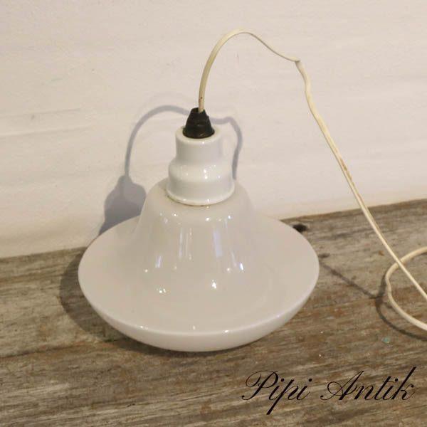 Hvid glas loftlampe med porcelænsindfatning fra 1920 erne Ø25xH9 cm