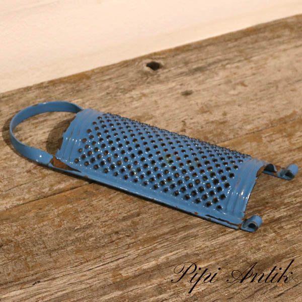 24 Madam Blå rivejern med hank B9,5xH25,5 cm